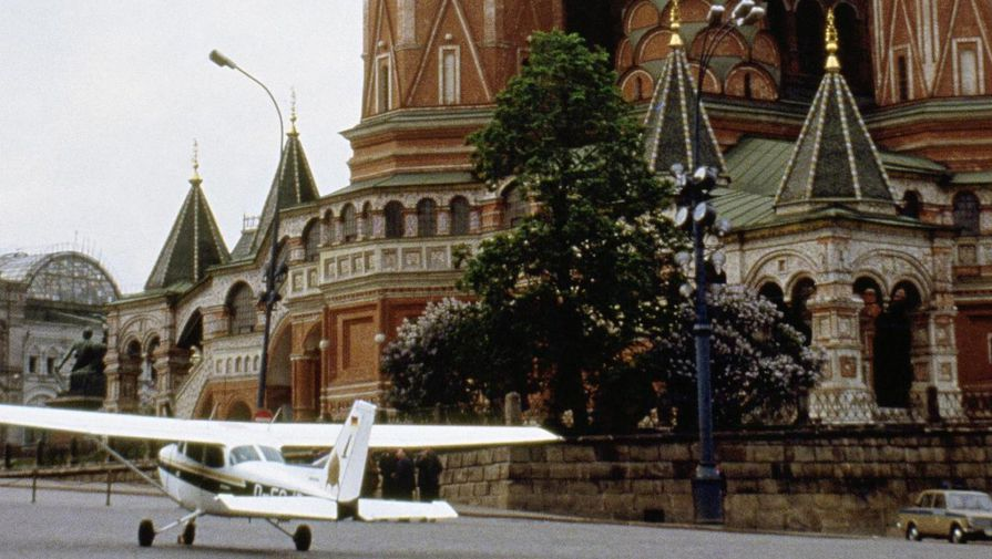 https://img.gazeta.ru/files3/373/10696373/upload-A-single-engine-Cessna-aircraft-in-Moscow-s-Red-Square-near-St-pic905-895x505-15668.jpg
