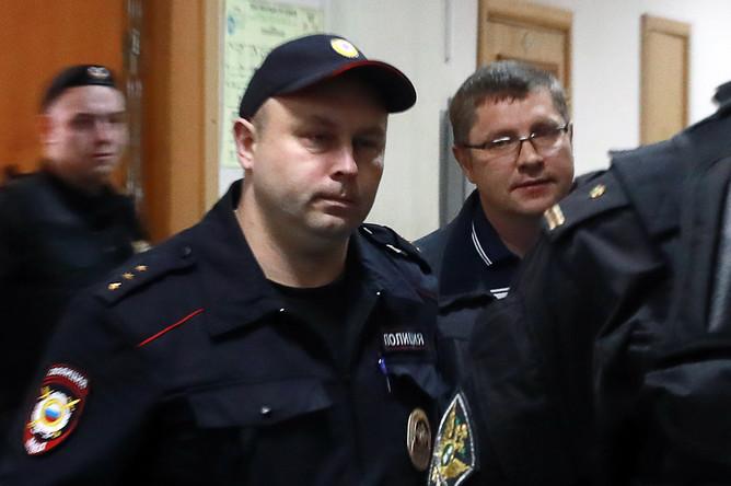 Подозреваемый в денежных махинациях управляющий директор по инвестиционной деятельности АО «Роснано» Андрей Горьков (справа) перед рассмотрением ходатайства следствия об аресте в Басманном суде, 11 июня 2017 года