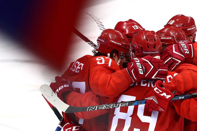 Игроки команды олимпийских спортсменов из России радуются забитому голу в матче 1/4 финала между командой олимпийских спортсменов из России и сборной Норвегии на соревнованиях по хоккею среди мужчин на XXIII зимних Олимпийских играх