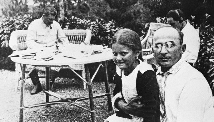 Первый секретарь Закавказского крайкома ВКП(б) Лаврентий Павлович Берия с дочерью Иосифа Виссарионовича Сталина Светланой, 1934 год