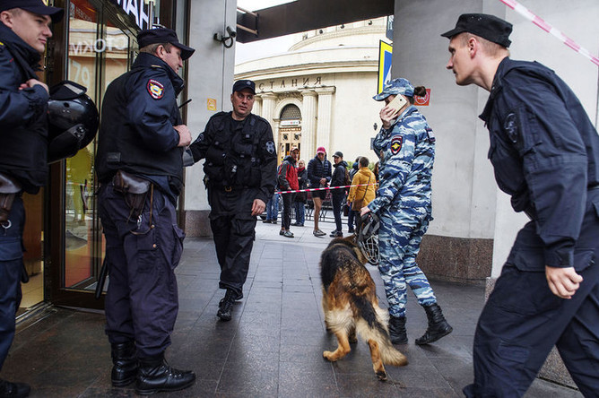Сотрудники полиции у торгового центра в Санкт-Петербурге после поступления информации о минировании, 2017 год