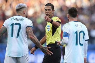 Игроки сборной Аргентины Николас Отаменди и Лионель Месси в матче за бронзу Кубка Америки — 2019 против Чили.