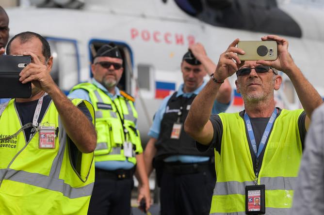 Сотрудники аэропорта Марселя на церемонии встречи президента России Владимира Путина во Франции, 19 августа 2019 года