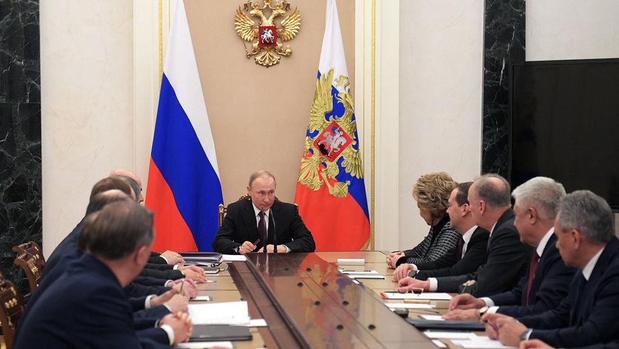 Президент России Владимир Путин на совещании с постоянными членами Совета безопасности РФ, 28 февраля 2020 года