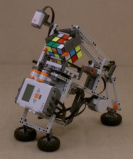 На базе Lego и контролера NXT уже можно конструировать сложных роботов. Например — умеющих собирать Кубик Рубика. // Hackedgadgets.com