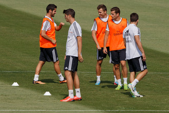 Дмитрий Черышев (в центре) подписал долгосрочный контракт с «Реалом»