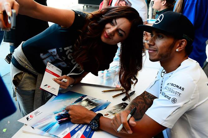 Гонщик команды «Мерседес» Льюис Хэмилтон во время автограф-сессии перед российским этапом чемпионата мира по кольцевым автогонкам в классе «Формула-1»