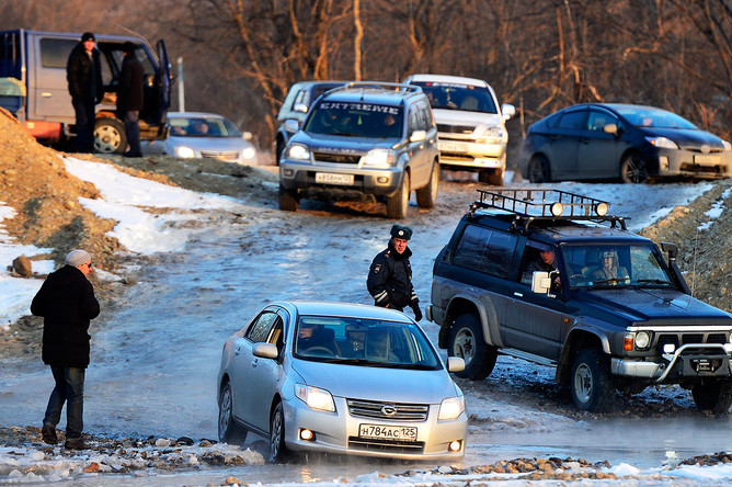Жители Приморского края объезжают обрушившийся мост на 127-м км трассы Владивосток — Находка через реку Литовку