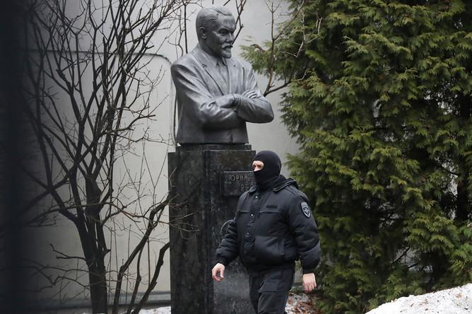 Сотрудник правоохранительных органов во время обысков в Международном центре Рерихов в Москве, 7 марта 2017 года