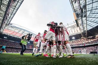 «Аякс» празднует второй гол в ворота «Лиона»