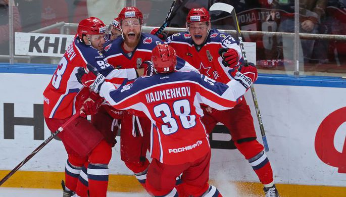 Хоккеисты московского ЦСКА радуются победе над СКА