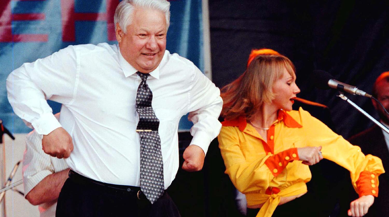 Президент России Борис Ельцин во время танца на концерте в Ростове-на-Дону, 10 июня 1996 года