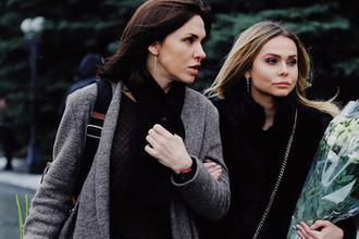 Певицы Надежда Ручка (слева) и Ксения Новикова перед началом церемонии прощания с певицей Юлией Началовой на Троекуровском кладбище в Москве, 21 марта 2019 года