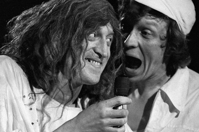 ктеры Виктор Авилов (слева) и Алексей Ванин (справа) в спектакле «Театр Аллы Пугачевой», в театре на Юго-Западе, 1985 год