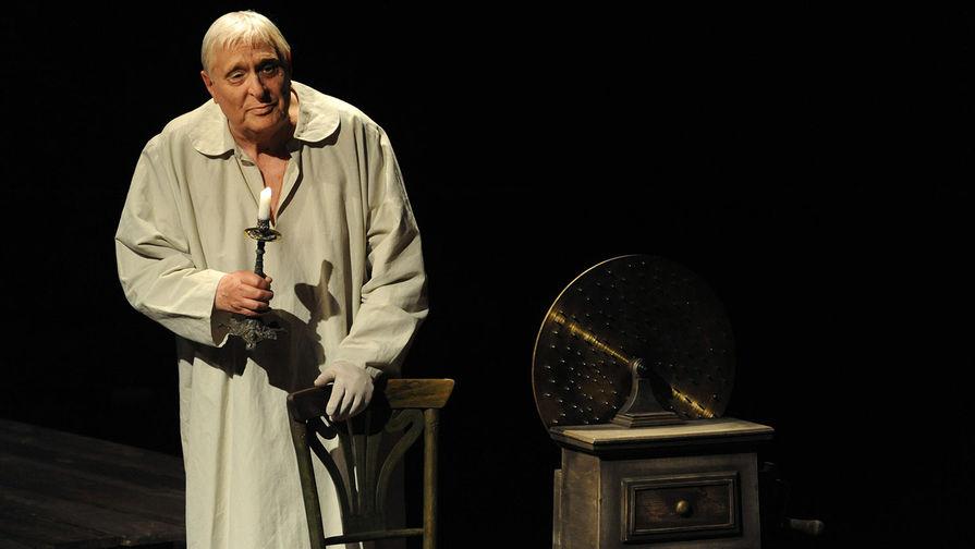 Олег Басилашвили (Князь К.) во время спектакля «Дядюшкин сон» по Ф.М.Достоевскому, 2009 год