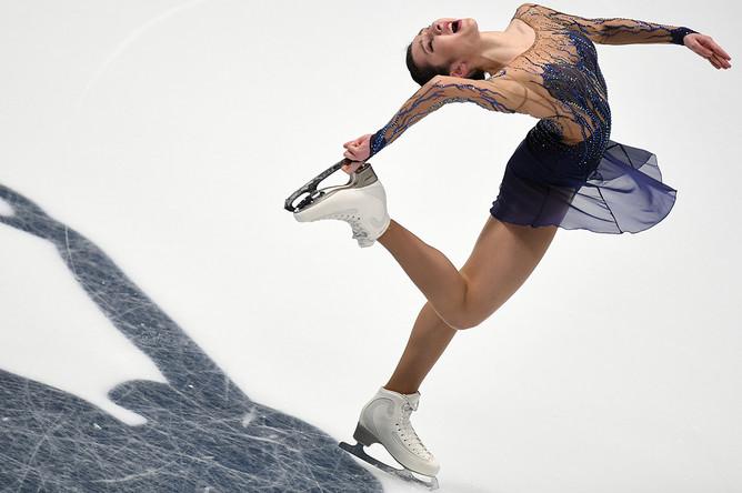 Полина Цурская выступает в короткой программе женского одиночного катания на чемпионате России по фигурному катанию в Санкт-Петербурге, 22 декабря 2017 года
