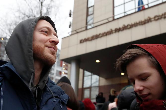 Рэпер Oxxxymiron (Мирон Федоров) (слева) перед началом оглашения приговора студенту Высшей школы экономики (ВШЭ), видеоблогеру Егору Жукову, обвиняемому в публичных призывах к экстремизму, у Кунцевского суда РФ