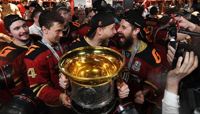 Команда ХК «Авангард» празднует победу в Кубке Гагарина Континентальной хоккейной лиги, 28 апреля 2021 года