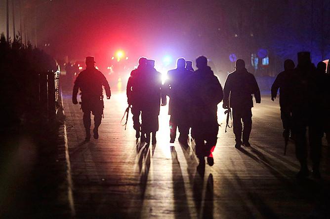 Афганские силовики на месте взрывов в Кабуле, январь 2017 года