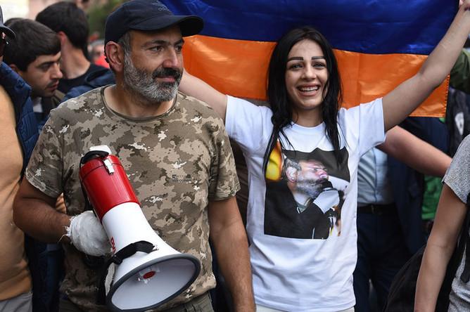 Лидер протестного движения «Мой шаг» Никол Пашинян на одной из улиц Еревана после отставки премьер-министра Сержа Саргсяна, 23 апреля 2018 года