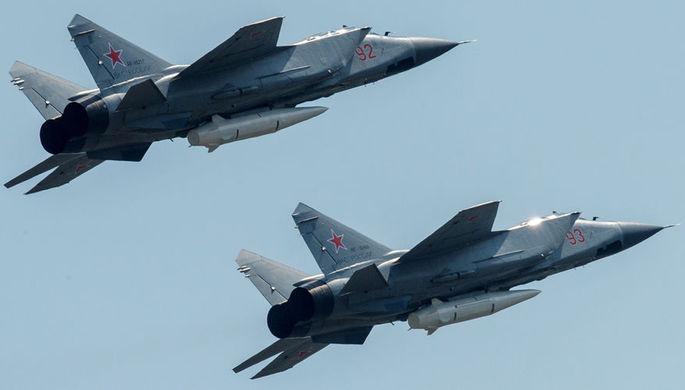 Многоцелевые истребители МиГ-31 с гиперзвуковыми ракетами «Кинжал» на репетиции...