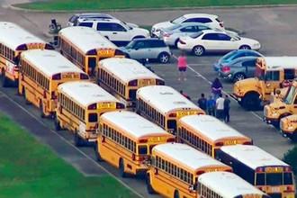 Школьные автобусы около школы в Санта-Фе, штат Техас, 18 мая 2018 года