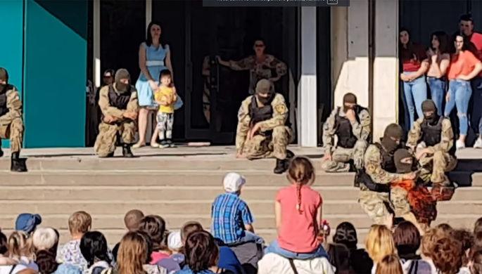 Украинский спецназовец «перерезал» горло товарищу на детском празднике