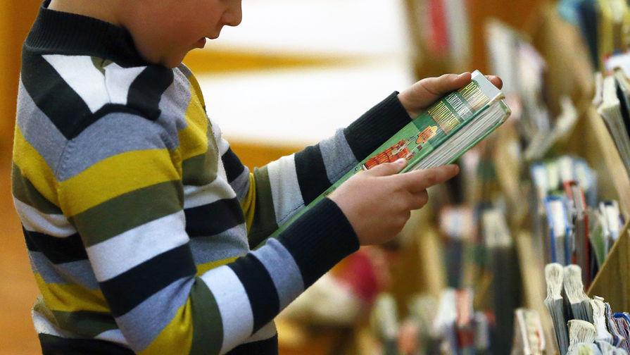 Почему школьнице отказались продать стихи Есенина и Маяковского