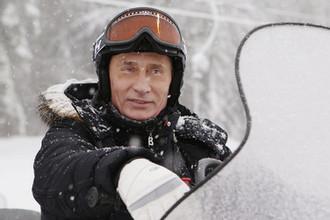 Председатель правительства России Владимир Путин на горнолыжном курорте в Сочи во время катания на снегоходе, январь 2010 года