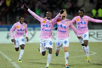 Футболисты «Эвиана» радуются сенсационной победе над лидером французского чемпионата, ПСЖ