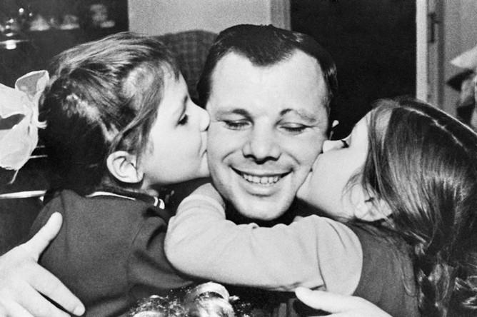 Юрий Гагарин с дочерьми Леной и Галей. Июнь 1966 года