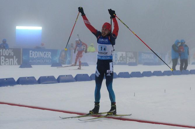 Антон Шипулин на финише празднует победу над норвежцем Оле Эйнаром Бьорндаленом.