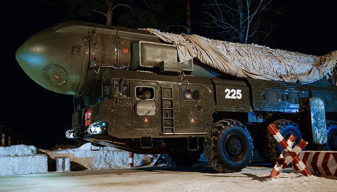 Мобильный ракетный комплекс «Тополь» Новосибирского ракетного соединения во время марша к месту учений