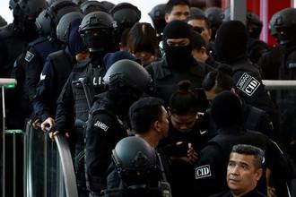 Подозреваемые в убийстве Ким Чон Нама гражданка Индонезии Сити Айсиа и гражданка Вьетнама Доан Тхи Хуонг во время следственных действий в аэропорту Куала-Лумпура, 24 октября 2017 года