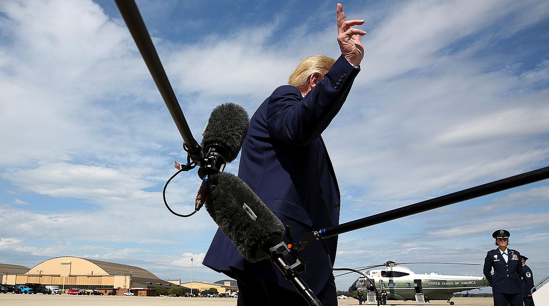 Президент США Дональд Трамп уходит от журналистов на базе Эндрюс, штат Мэриленд, 26 сентября 2019...