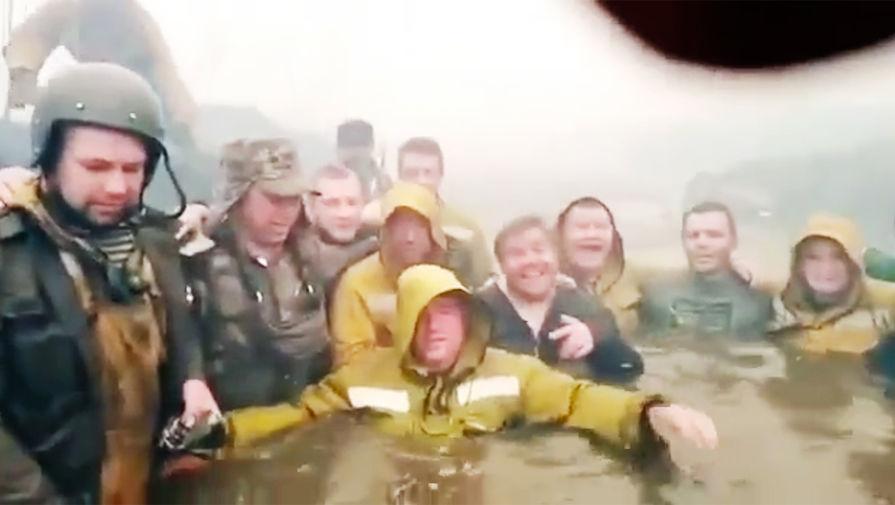 Появилось видео спасения тюменских пожарных в реке