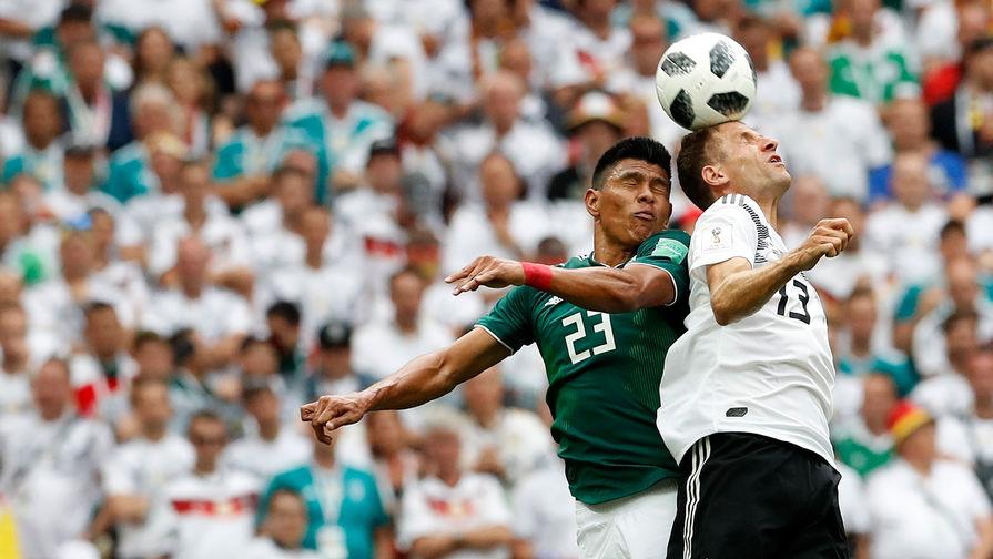 Игроки Хесус Гальярдо и Томас Мюллер во время матча группового этапа между сборными Германии и Мексики на стадионе Лужники в Москве, 17 июня 2018 года