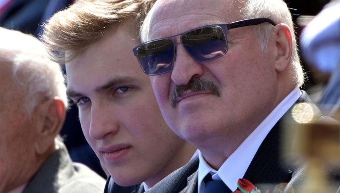 Президент Белоруссии Александр Лукашенко с сыном Николаем во время военного парада в честь 75-летия Победы в Великой Отечественной войне 1941-1945 годов на Красной площади в Москве, 24 июня 2020 года