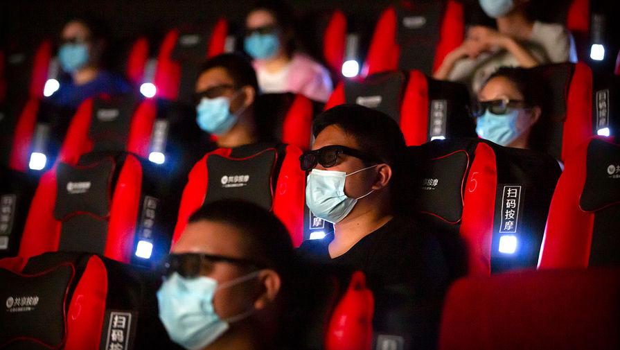 Жители Пекина в одном из кинотеатров города, 24 июля 2020 года