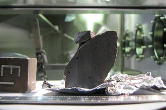 Образец лунной породы, хранящийся в Космическом центре имени Джонсона