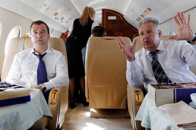 Председатель правительства России Дмитрий Медведев и министр по делам Дальнего Востока Виктор Ишаев во время перелета на Курильские острова, 2012 год