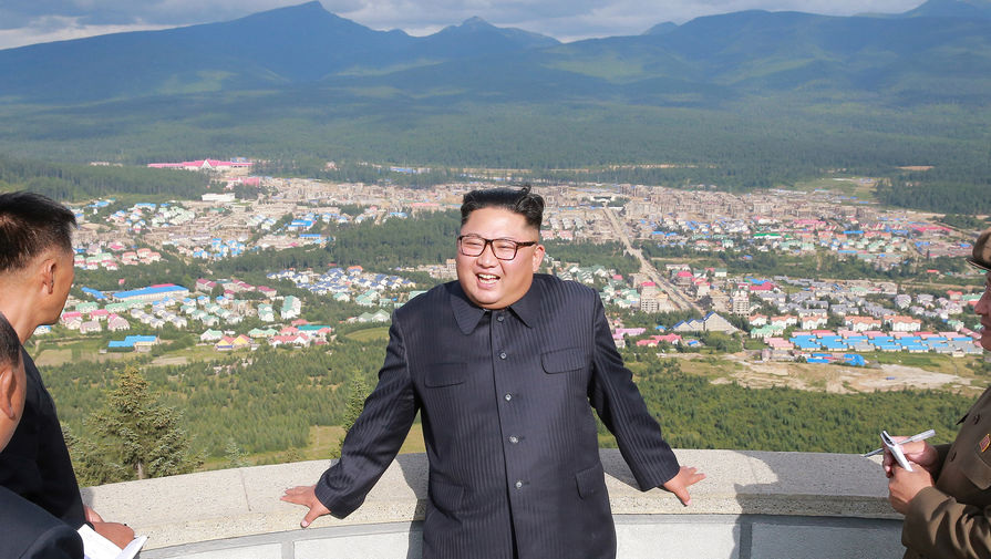 Высший руководитель КНДР Ким Чен Ын во время посещения города Самджиён, фотография опубликована агентством ЦТАК в августе 2018 года