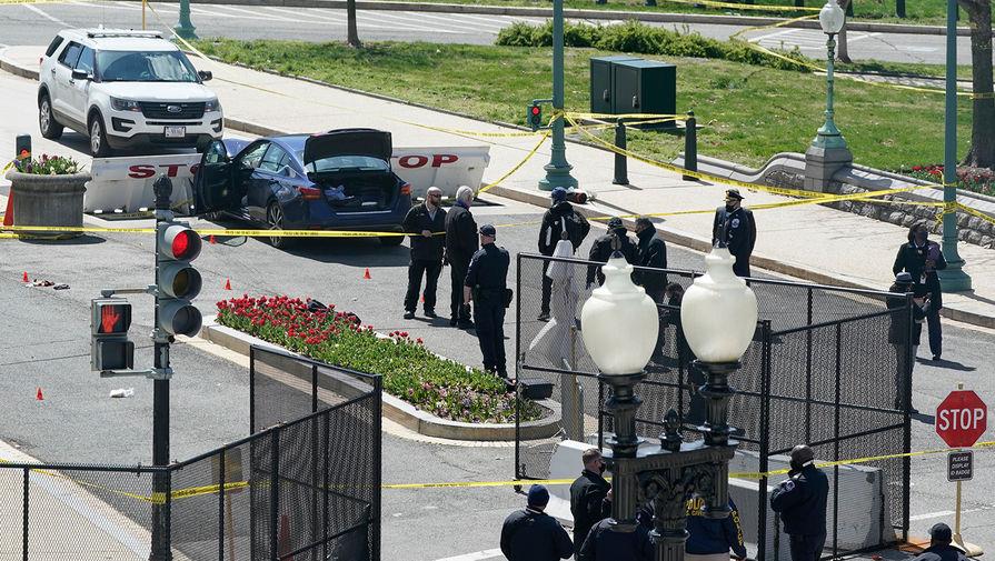Сотрудники полиции на месте инцидента у здания Конгресса США в Вашингтоне, 2 апреля 2021 года