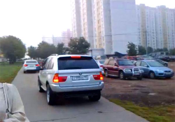 Блогер снял, как BMW объезжает пробку по тротуару