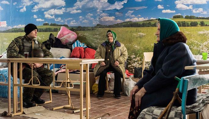 Украинский военнослужащий и пенсионеры в ожидании гуманитарной помощи в украинской Авдеевке, февраль 2017 года