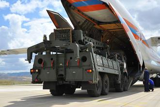 Разгрузка оборудования для системы С-400 в военном аэропорту в Анкаре, июль 2019 года