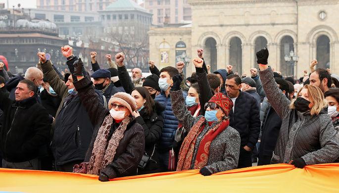 «Мы остаемся на площади»: Армения вышла на массовые протесты