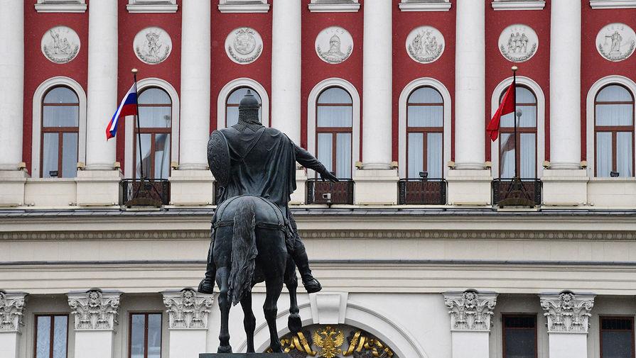 Памятник князю Юрию Долгорукову перед зданием мэрии Москвы на Тверской улице