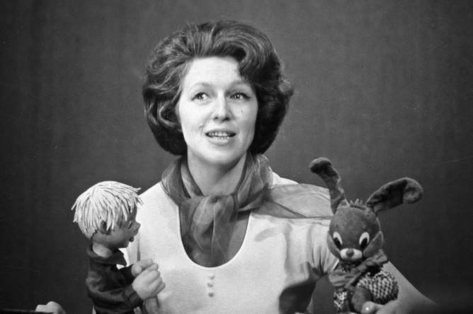Диктор Валентина Леонтьева ведет телепередачу «Спокойной ночи, малыши!», 1966 год