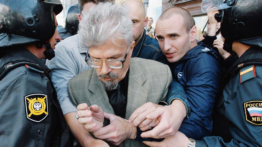 Лидер НБП (запрещена в России) Эдуард Лимонов во время «Марша несогласных» на Пушкинской площади в Москве, 2007 год